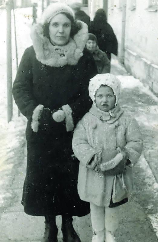 """Na takich spotkaniach młodzi Kresowianie rozmawiali o """"żywych torpedach"""". Na zdjęciu rodzina pani Teresy - siostry Wila (z prawej) i Renia (w"""