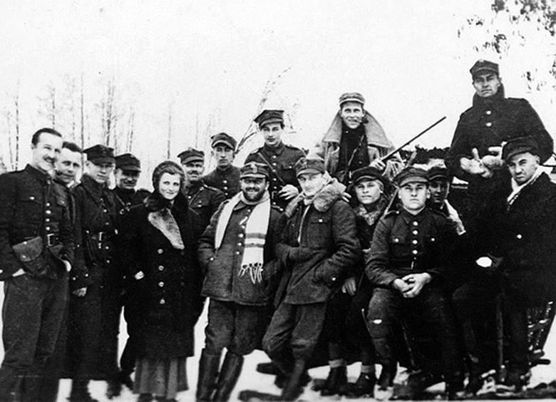 """Major Henryk Dobrzański """"Hubal"""" z oddziałem"""