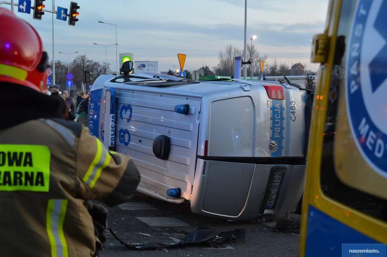 Wypadek we Włocławku. Radiowóz wywrócił się po zderzeniu z osobówką [zdjęcia]