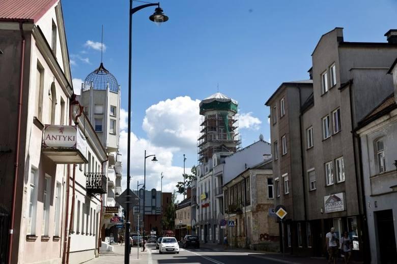 W miejscu gdzie dziś przebiega ul. Warszawska w XVIII wieku była brama. Jej fragmenty odkryto podczas prac w 2012 roku.