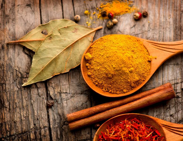 Szczotkowanie, nitkowanie, ale też... jedzenia sera i curry. Jak dbać o higienę jamy ustnej?
