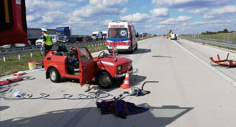 Do groźnego wypadku drogowego doszło na autostradzie A1 w rejonie węzła Woźniki, gdzie kierujący samochodem dostawczym marki Peugeot najechał na tył