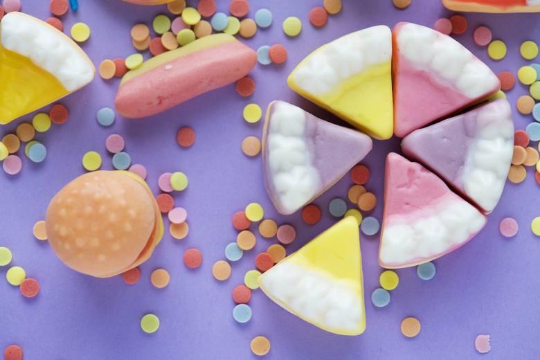 Wśród dodatków do żywności nie ma wielu takich, które powodują silne efekty uboczne, co często dotyczy głównie osób z nadwrażliwością pokarmową. Wiemy