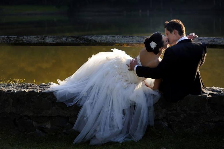 Ile trzeba zapłacić za ślub w poszczególnych parafiach w naszym regionie? Zobacz cennik usług kościelnych dotyczących sakramentu ślubu. Gdzie jest najtaniej,