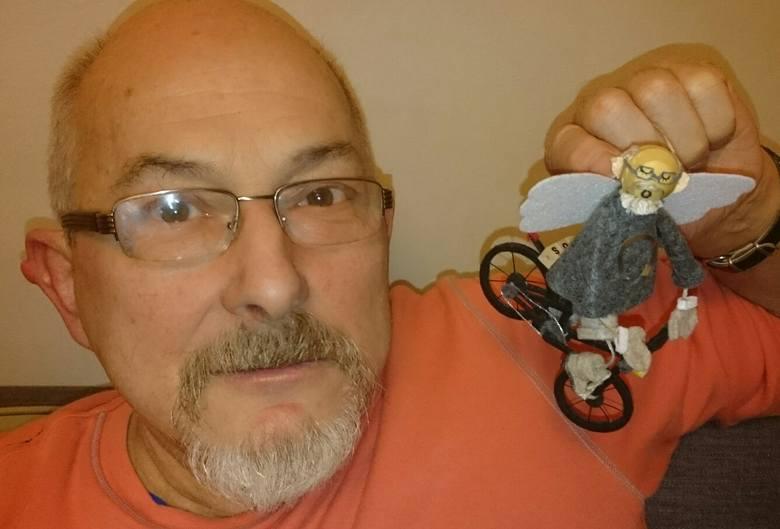 Marian Walczak, tata Pani Moniki ze swoją figurką-podobizną