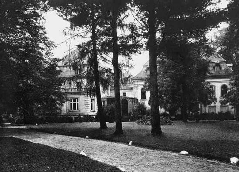 Tak wyglądał barokowy pałac w Świerczu przed II wojną światową.<br /> W styczniu 1945 roku, kiedy Sowieci zdobyli Olesno, splądrowali i spalili budynek.<br />