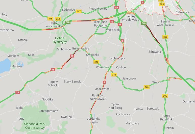Kierowcy jadący głównymi drogami w okolicach Wrocławia muszą uzbroić się w cierpliwość. Zarówno na autostradzie, jak i drogach krajowych 8 i 35, mamy