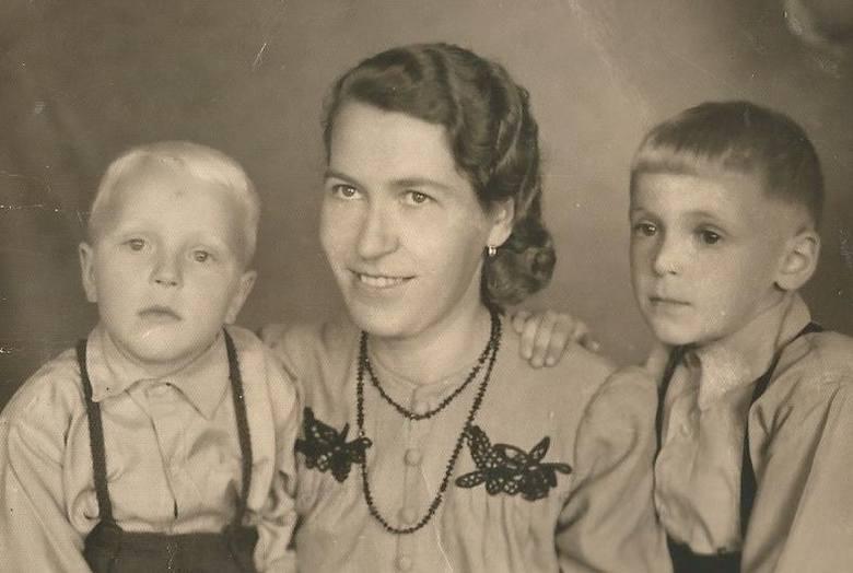 Z mamą i bratem Romanem w 1944 r. Pamiętam z wojny pospieszne schodzenie z mamą i bratem do piwnicy w czasie nalotów bombowych