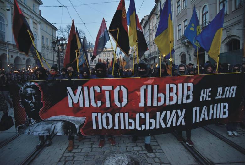 Uczestnicy marszu we Lwowie nieśli antypolskie transparenty.
