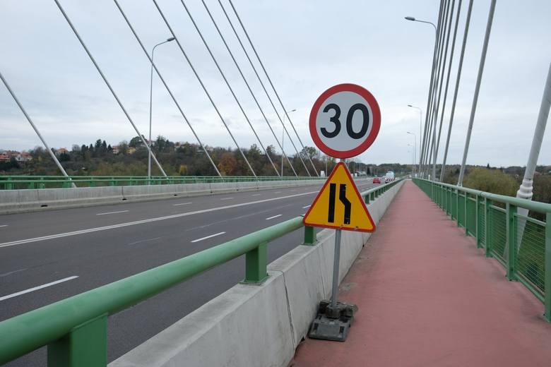 <strong>Doszło do awarii mostu Brama Przemyska w Przemyślu, który znajduje się w ciągu drogi obwodowej. Według nieoficjalnych informacji awaria może być poważna.</strong><br /> <br /> Już w środę po południu, jadąc wschodnią stroną mostu, pasami w kierunku z centrum na Żurawicę, wyczuć można było wyraźny...