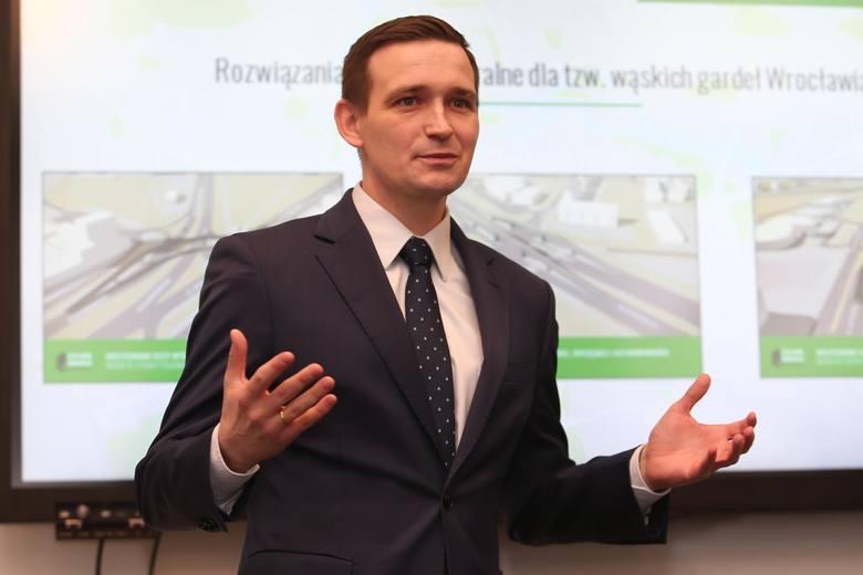 On spośród posłów reprezentujących Wrocław najbardziej zasłużył na miano pracusia. Na koncie ma w sumie 354 wystąpienia w Sejmie VIII kadencji, w tym
