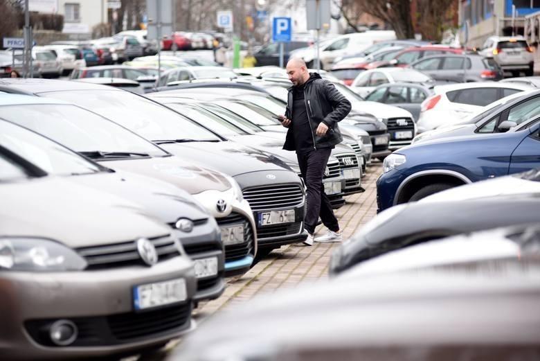 W śródmieściu Zielonej Góry czasami ciężko jest znaleźć wolne miejsce do zaparkowania...