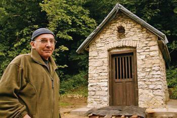 Dolina dała mi dużo satysfakcji, ale też cierpienia - mówi przy kapliczce w Dolinie Będkowskiej Wacław Kula, artysta plastyk i scenograf z Trzebini Fot.