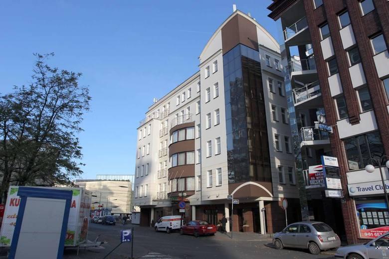 Przy ulicy Piekary 5, gdzie niegdyś mieściła się wyższa Szkoła Języków Obcych w 2016 roku powstał czterogwiazdkowy Hotel DeSilva Premium Poznań. Do dyspozycji