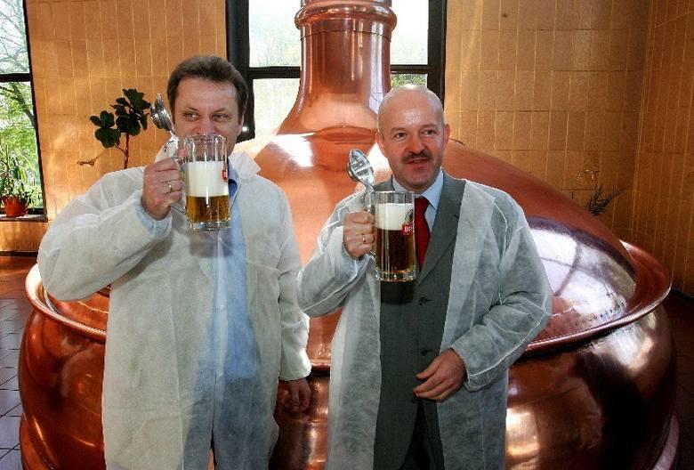 Dyrektor szczecińskiego browaru Michał Gotowała (z prawej) i szef PR Leszek Siwecki z kuflem świeżego, niepasteryzowanego trunku.