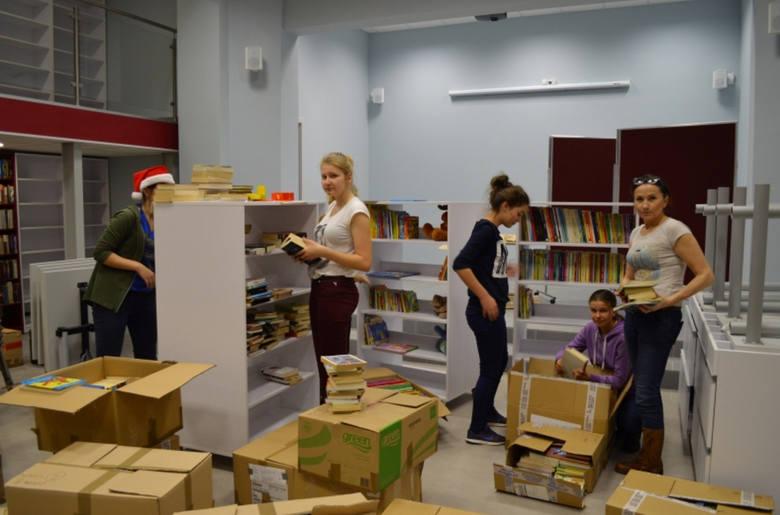 W [/quot/]przenosinach[/quot/] biblioteki w Szczańcu pomagali wolontariusze