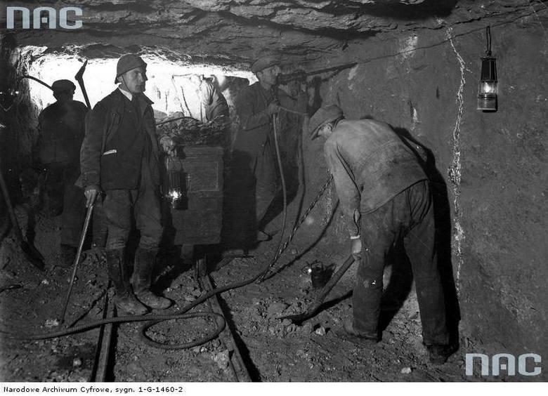 Okres międzywojenny<br /> Robotnicy przy pracy w podziemnym chodniku kopalni soli kamiennej w Stebniku
