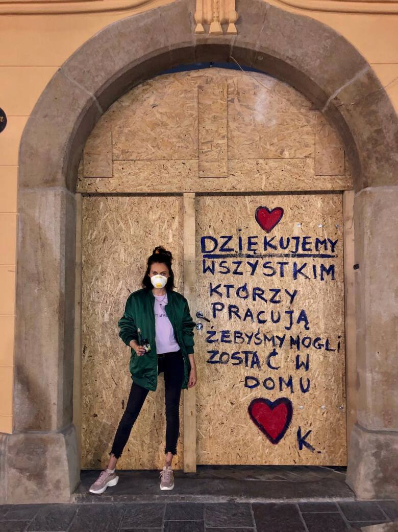 Katarzyna Kotnowska przy jednym z haseł, które umieściła w przestrzeni Krakowa