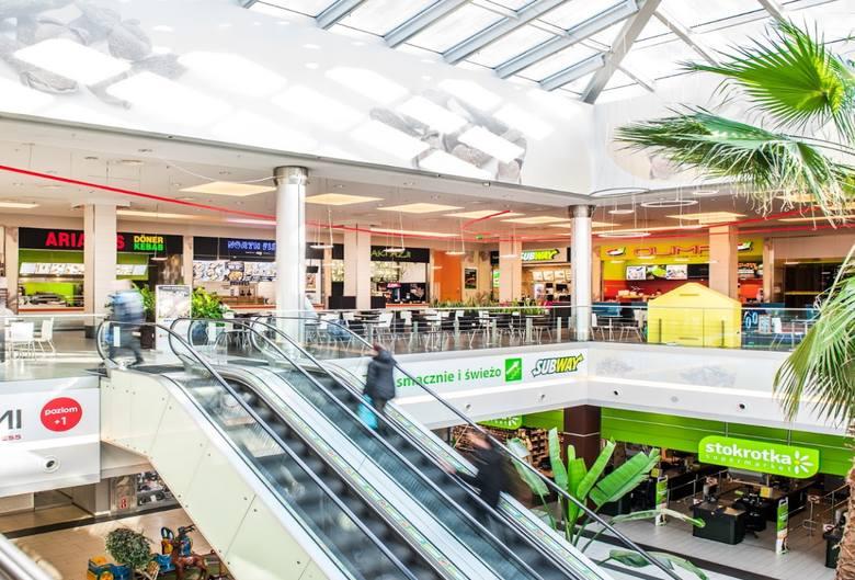 Obowiązujący w Polsce stan epidemii znacznie ogranicza działalność centrów handlowych. Jakie sklepy i punkty usługowe otwarte są w galeriach w Toruniu?SZCZEGÓŁY