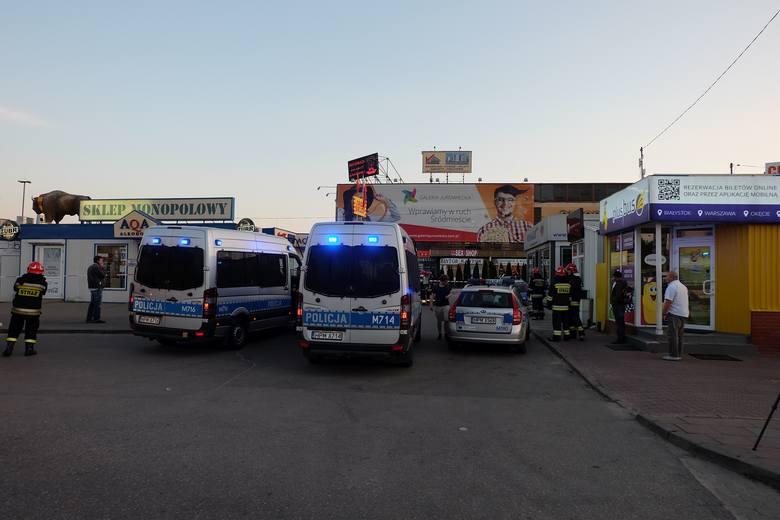 Do owiniętego w folię przedmiotu natychmiast wezwano policję, straż pożarną i pogotowie.