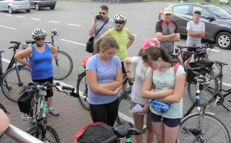 """Licząca kilkadziesiąt osób grupa turystów rowerowych wzięła udział w rajdzie z cyklu """"Odjazdowy Bibliotekarz"""". Imprezę zorganizowała"""
