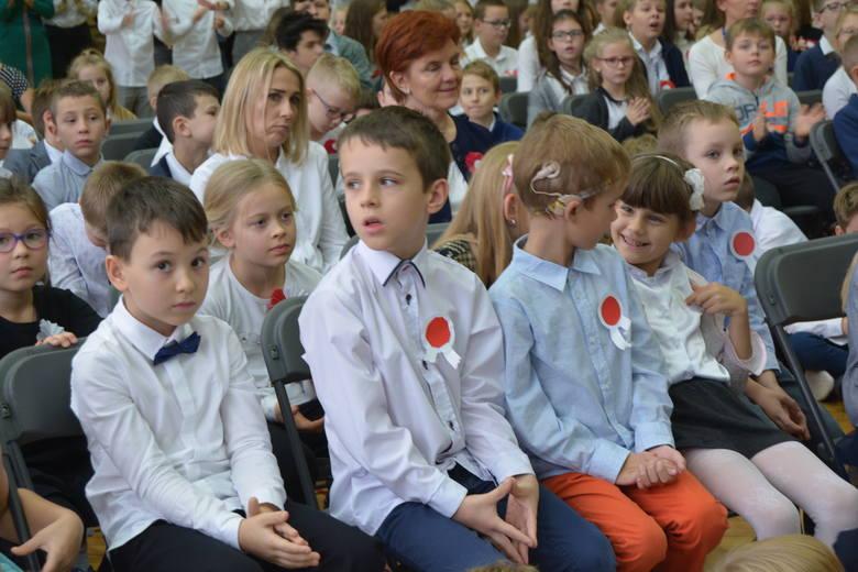 """Szkoła Podstawowa nr 1 w Ostrołęce włączyła się do ogólnopolskiej akcji """"Szkoła do hymnu""""."""