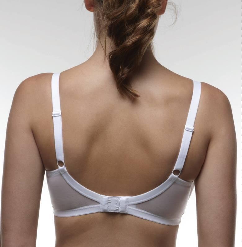 Stanik na całym swoim obwodzie przylega do ciała, zapewniając stabilność piersi i nie powodując dyskomfortu.