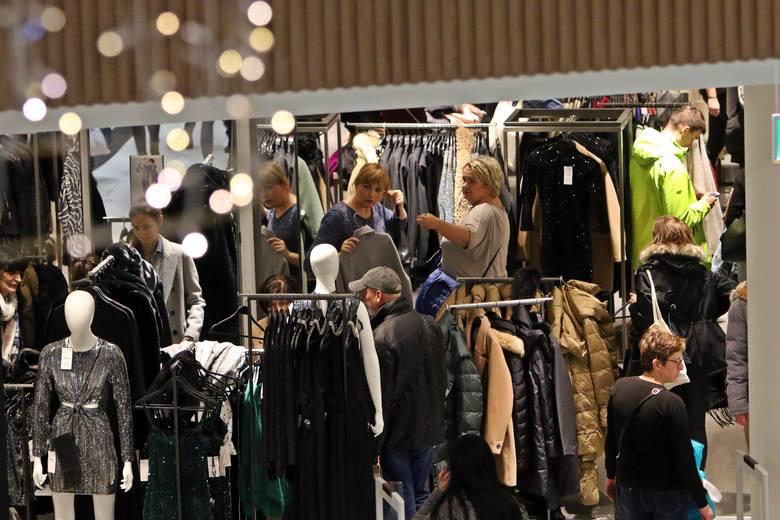Uczniowie i studenci dzienni, którzy w weekendy dorabiali sobie w galeriach handlowych, nie mają często czasu, aby pracować w inne dni tygodnia.
