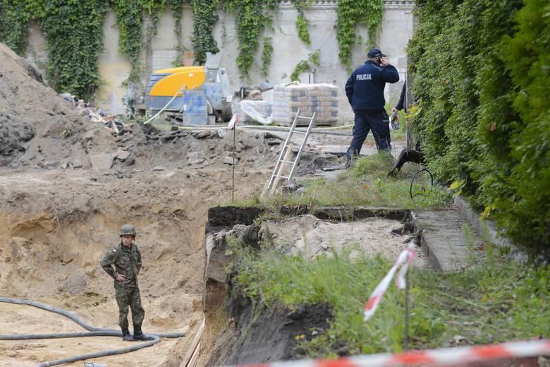 Niewybuch mierzy około 50 cm i waży kilkadziesiąt kilogramów. To bomba lotnicza z czasów II wojny światowej.