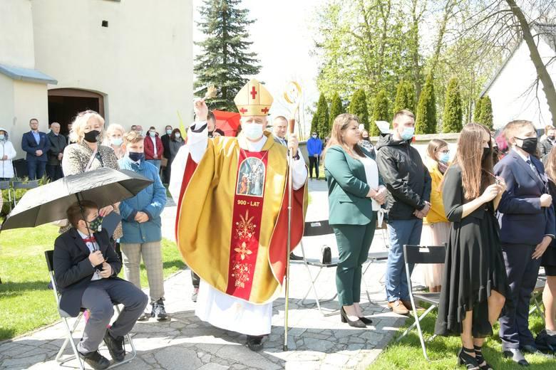 W sobotę, 8 maja, biskup kielecki Jan Piotrowski udzielił sakramentu bierzmowania młodzieży w parafii świętego Mikołaja w Lisowie w gminie Morawica.