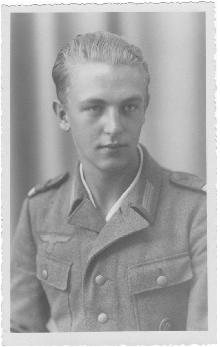 Heinz Piontek w 1944 roku na urlopie w domu.