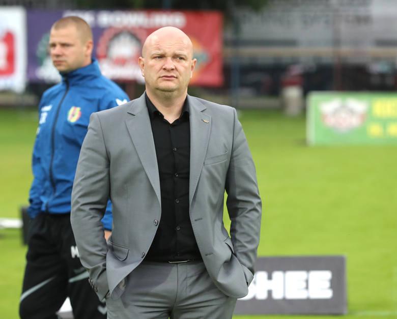 Trener Wisły Płock urodził się 12 kwietnia 1977 r. Drużynę prowadzi od 13 kwietnia 2021 r. (obecnie najkrócej pracujący szkoleniowiec w PKO Ekstrakl