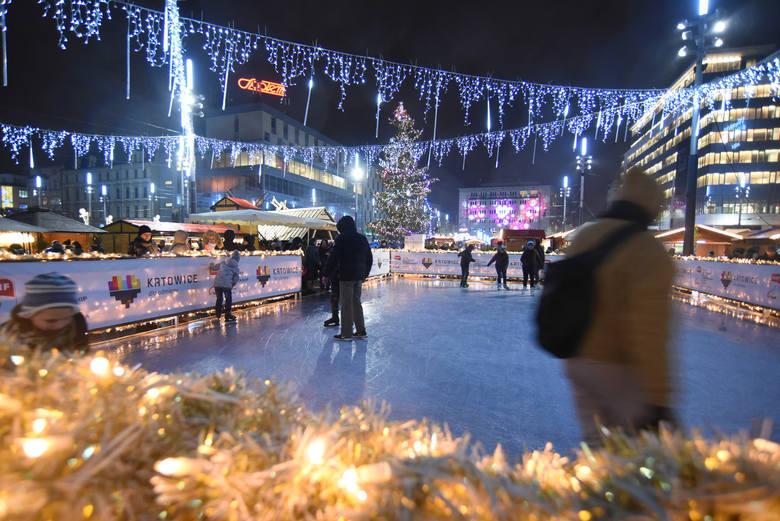 Lodowisko na Rynku w Katowicach jest niewielkie, ale urocze. Ma swój klimat szczególnie w świątecznych iluminacjach. Przyjdźcie i przekonajcie się s