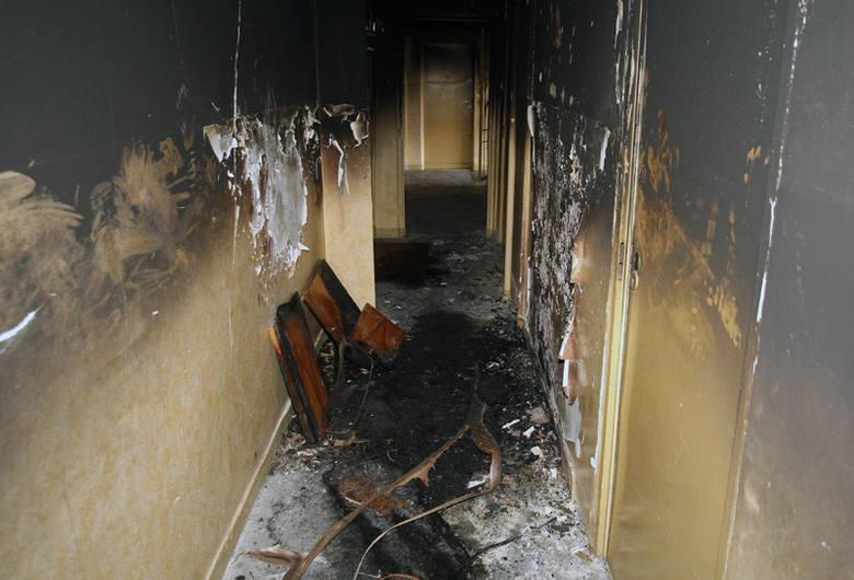 Tak wygląda korytarz bloku po nocnym pożarze.