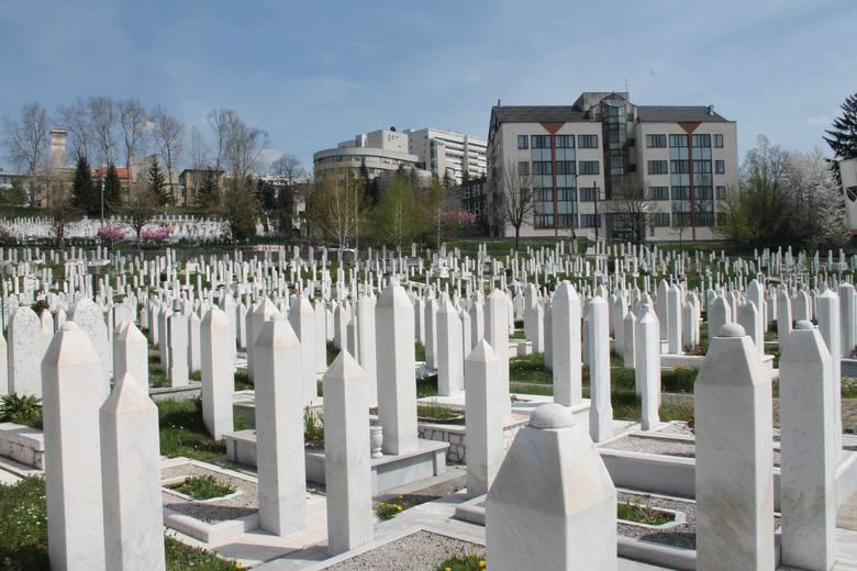 Tuż obok jest inny cmentarz, który podczas oblężenia wyrósł na małym stadionie olimpijskim. W tle zabudowania szpitala Koševo, do którego trafiali ranni.