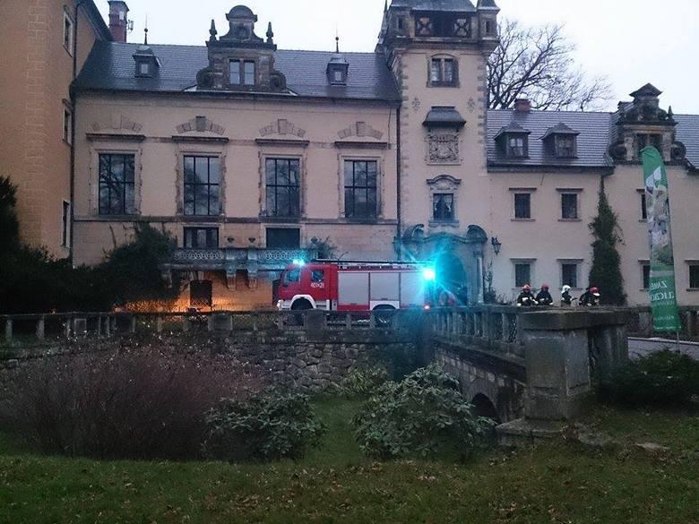 Zamek Kliczków w ogniu. Ewakuowano 75 osób (ZDJĘCIA)