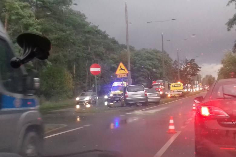 Do groźnego wypadku doszło w środę, po godzinie 17, na ulicy Fordońskiej w Bydgoszczy.Strażacy otrzymali wezwanie około godziny 17.20. Na ul. Fordońskiej