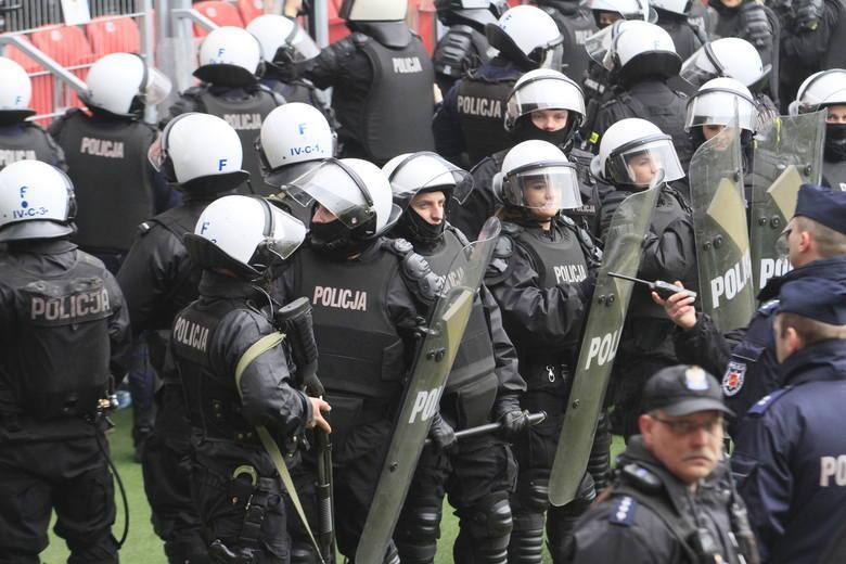 Policja poszukuje kiboli Legii odpowiedzialnych za atak na dworcu w Kutnie. 21 maja 2018 roku na terenie dworca PKP w Kutnie pseudokibice stołecznego