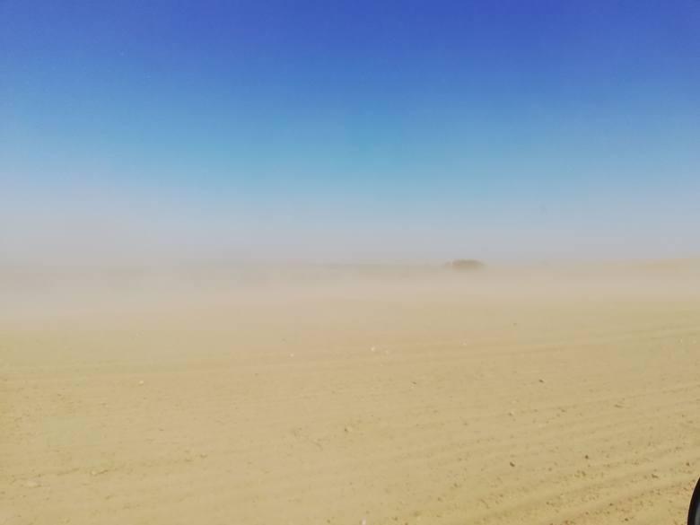 Bardzo silny wiatr w Bytowie. Porywy wiatru unoszą piasek ograniczając widoczność na drogach. Policja prosi o ostrożność.  Przysyłajcie nam zdjęcia:
