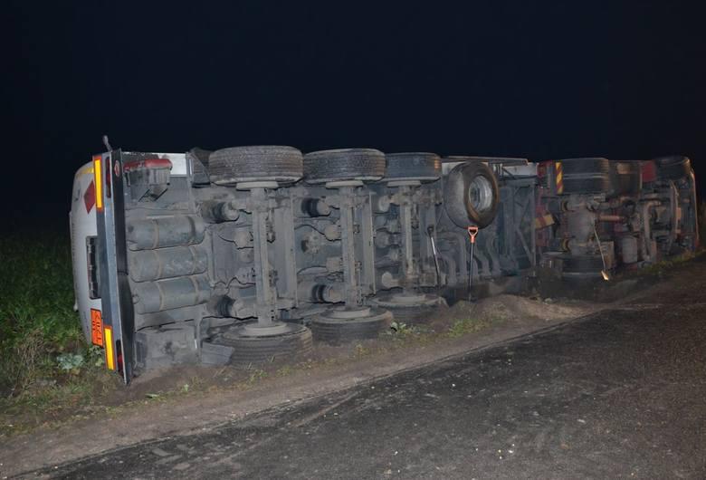 W nocy dyżurny lipnowskiej komendy skierował policjantów na interwencję w sprawie wypadku. Jak się okazało, policjanci natrafili na ślad grupy zajmującej