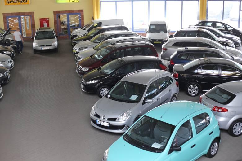 Na rynku wtórnym cały czas pojawiają się samochody na sprzedaż. W Polsce naprawa aut jeszcze się opłaca, ale za granicą naszego kraju już niekoniecznie.