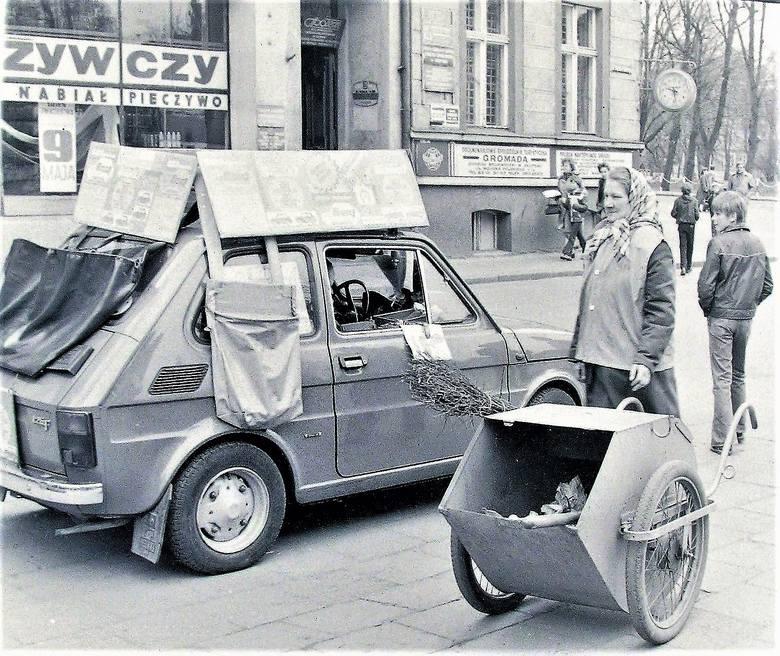 Maj 1980 r, na początku al. Wojska Polskiego loteria w maluchu i pani sprzątająca na czatach