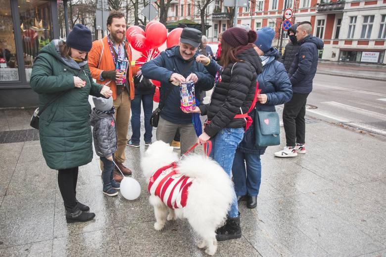 Dzisiaj w Słupsku, w wielu miejscach można spotkać wolontariuszy Wielkiej Orkiestry Świątecznej Pomocy. Wielu słupszczan już wzięło udział w akcji. Akcję
