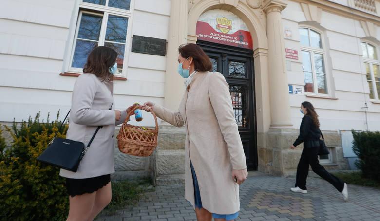 Ewa Leniart rozdawała soczki owocowe maturzystom II LO w Rzeszowie.