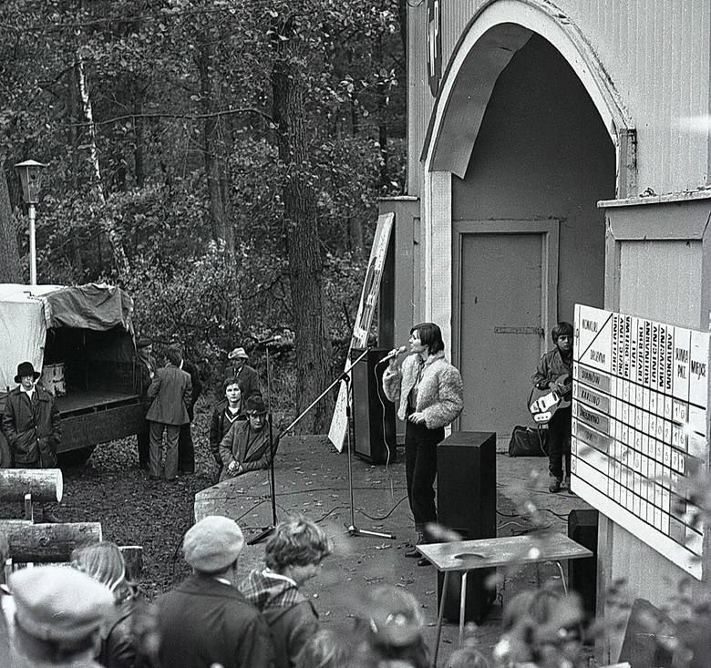 W 1979 roku w Mielnie zorganizowany został Wojewódzki Turniej Wsi. Zmierzyły się w nim trzy drużyny: z Sianowa, Karlina i Świeszyna. Uczestnicy rywalizowali