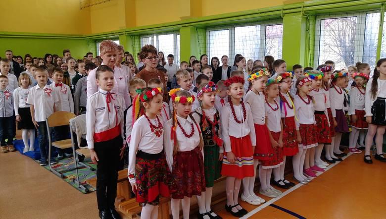 """Szkoła w Tarłowie również włączyła się w akcję """"Rekord dla Niepodległej"""". Więcej zdjęć na kolejnych slajdach."""