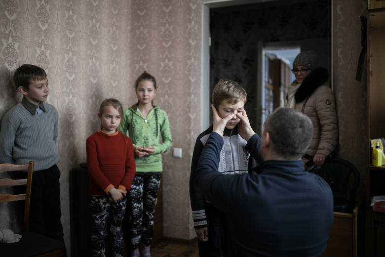 Zdjęcie pojedyncze - III miejsce w kategorii ŻYCIE CODZIENNENaddniestrzańska Republika Mołdawska, Słoboda Raszkowska. Chłopiec z polskiej rodziny mieszkającej