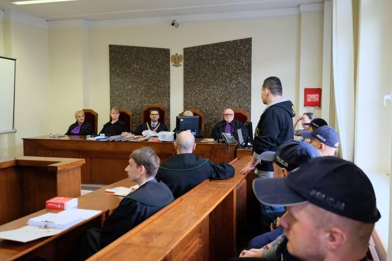 Piła: Rodzice oskarżeni o zabójstwo 2-letniej córki. W Poznaniu ruszył ich proces. Oboje nie przyznają się do winy