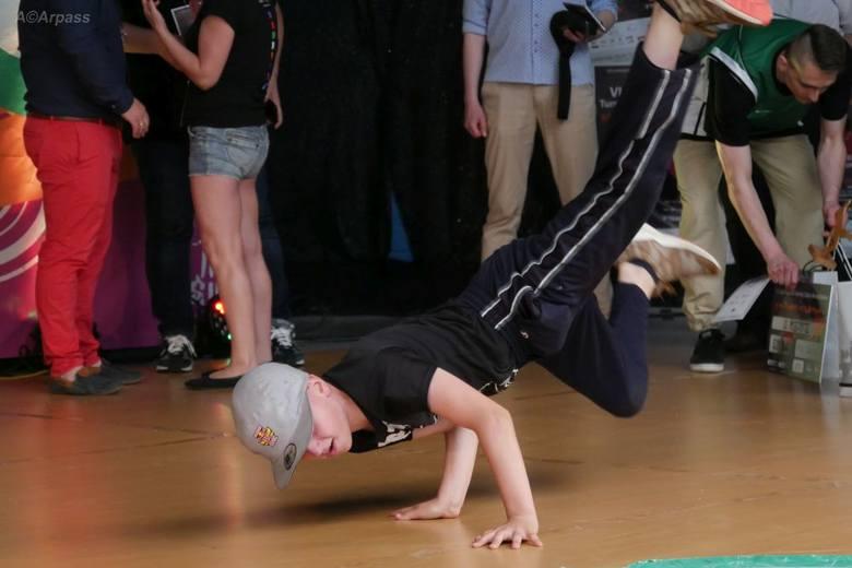 Break Dance Kozienice City Breakers IV. Od samego patrzenia na to co wyczyniali tancerze na parkiecie mogło zakręcić się w głowie.