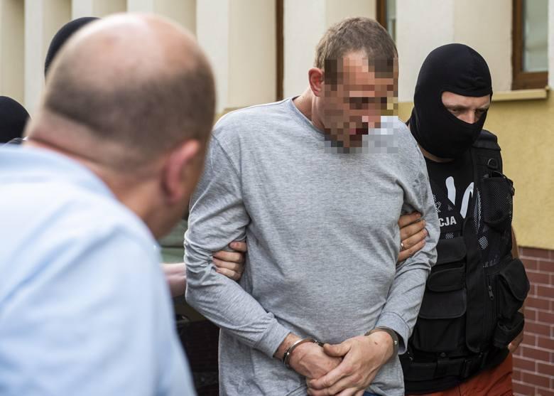 Według prokuratury Adrian K. miał uwięzić kobietę w dworcowym pustostanie w Chełmży, pobić, próbować zabić i kilkukrotnie zgwałcić. Tymczasem wersja